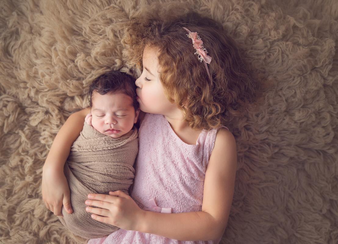 Neugeborenes mit Schwester